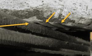cabos de aço do elevador roçando na laje